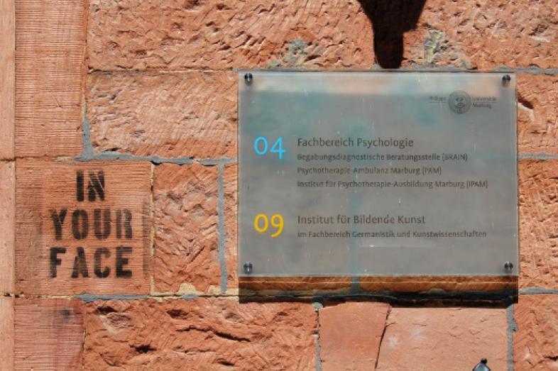 """Eine Tafel am Gebäude des Psychologischen Instituts mit der Aufschrift """"Fachbereich Psychologie"""""""