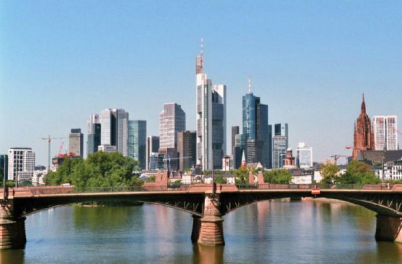 Skyline von Frankfurt, aufgenommen von einer Brücke über dem Main