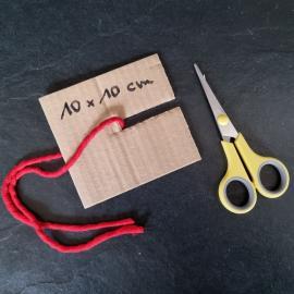 Ein Stück Pappe einschneiden