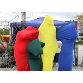 4 Personen in bunten Ganzkörperkostümen