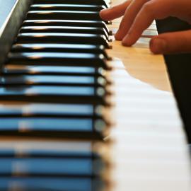 Eine Hand berührt eine Keyboardtastatur