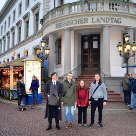 4 junge Leute stehen vor dem Hessischen Landtag