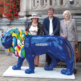 Linda Hirsch, Bernd Wilhelm und Christa Pfeifer vor der Hessischen Staatskanzlei in Wiesbaden (v.l.n.r.)