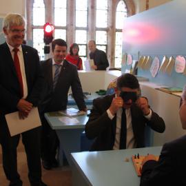 Staatsminister Boris Rhein und Oberbürgermeister Thomas Spies beim Menschärgere-dich-nicht-Spiel unter der Augenbinde