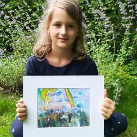Ein Mädchen zeigt sein tolles Kunstwerk