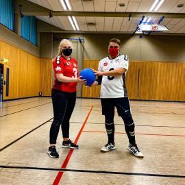 2.Die tollen neuen Trikots: Friederike Zurhake, stellv. Vorsitzende der Sportgemeinschaft SSG blista Marburg und Renè Linke, aktiver Goalball-Athlet