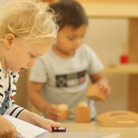 Zwei Kinder beschäftigen sich nebeneinander mit unterschiedlichen Dingen
