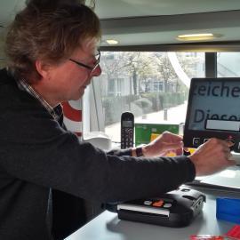 Der Seniorenberater demonstriert Lesegerät, DAISY-Player, Markierungspunkte… im SEHmobil