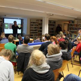 In der Schülerbibliothek ist ein junges Auditorium aus der Montessori und der Carl-Strehl-Schuleversammelt