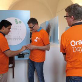 Im Rahmen des Orange Day unterstützte das Team der GSK Vaccines GmbH den Aufbau der Ausstellung