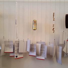 Auf Papier aufgeschriebene Blindenwitze hängen an einer Schnur nebeneinander und laden zur Auseinandersetzung mit dem Thema ein.
