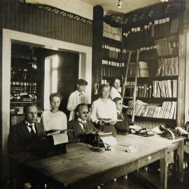 Lesestunde mit Assistenzkräften
