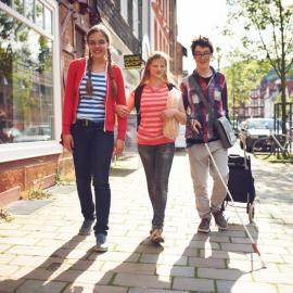 Schülerinnen und Schüler der blista laufen vergnügt durch die Stadt Marburg