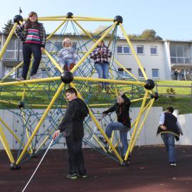 blista-Campus: Kinder klettern auf einem Gerüst