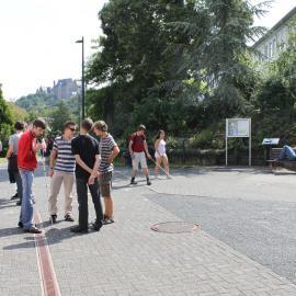 Jugendliche verbringen die Pause zusammen vor einem der blista-Schulgebäude