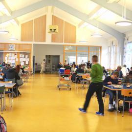 Die blista-Mensa: Schülerinnen und Schüler beim gemeinsamen Mittagessen