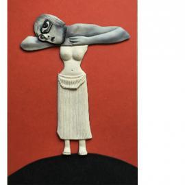 Frau auf einem Hügel stehend, vor orange-farbigem Hintergrund Leib aus modelliertem Torso der Uma, Kopf und Arme sind Fotos aus Zeitschriften, Haltung wie auf Tischplatte abgelegt, übergroßes Auge dominiert das Gesicht.
