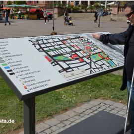 Das Foto zeigt den taktilen Stadtplan auf dem Wiesbadener Marktplatz