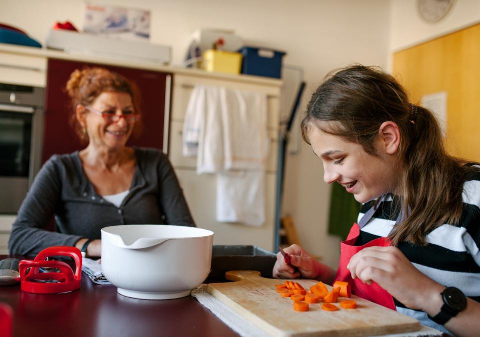 Bild 7 von 9: Eine Reha-Lehrerin begleitet das Lernen einer Schülerin