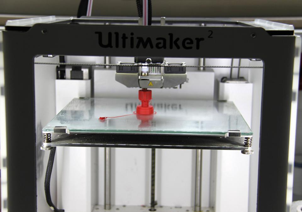 Bild 3 von 12: 3-D-Drucker in Aktion: Man kann bereits eine kleine rote Figur erkennen
