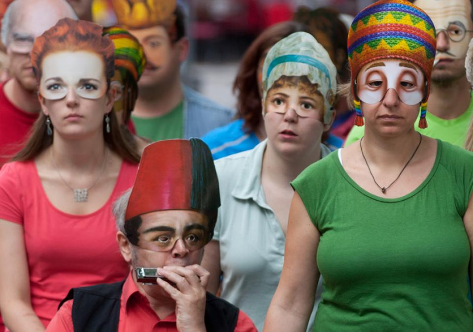 Bild 7 von 12: Die Theatergruppe in Aktion: 4 Portraits mit Maskierungen