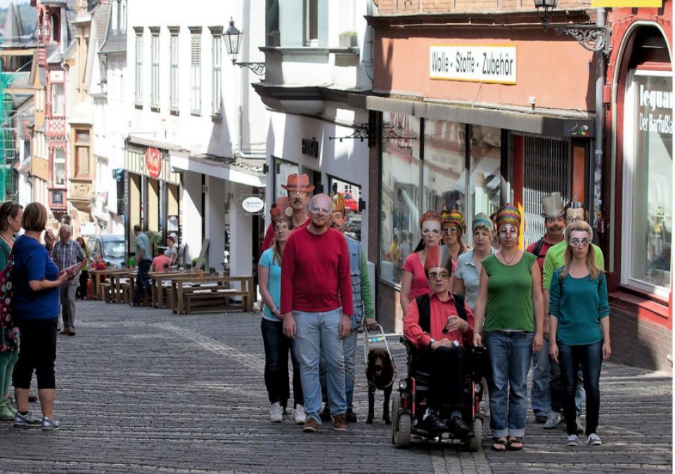 """Bild 1 von 12: Die """"Bunte Truppe"""" zieht durch die Oberstadt"""
