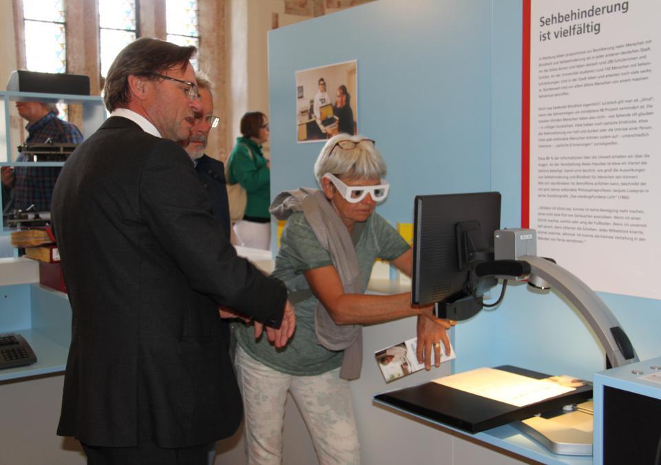 Bild 9 von 12: Sehbehinderung ist vielfältig! lautet das Motto einer Themeninsel