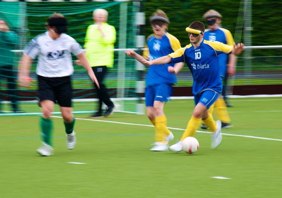 Bild 3 von 11: Blindenfußball in Aktion: Die Mannschaft der SF Blau-Gelb Marburg