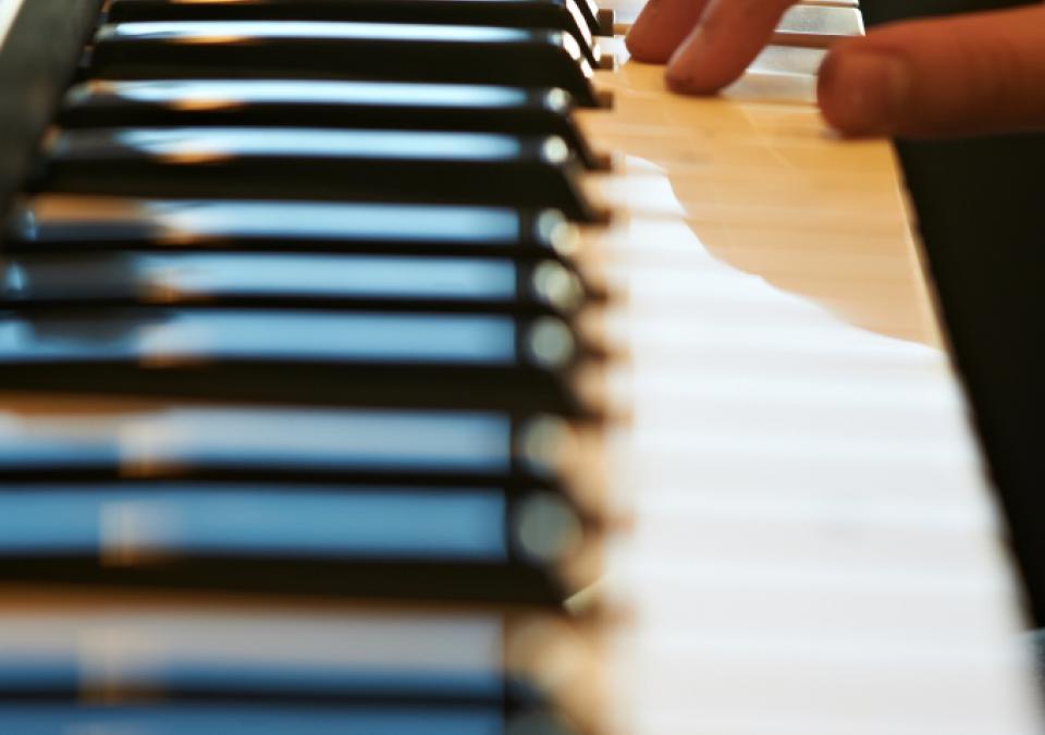 Bild 11 von 11: Eine Hand berührt eine Keyboardtastatur