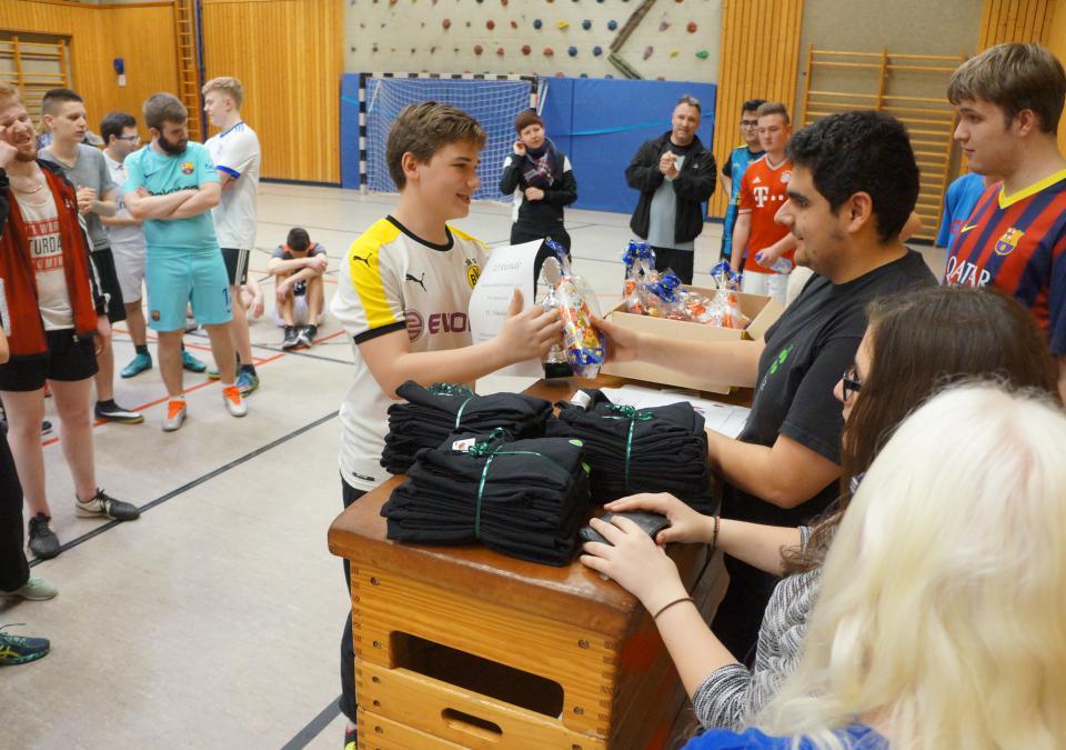 Bild 10 von 12: Siegerehrung - die Schülerinnen und Schüler erhalten Preise