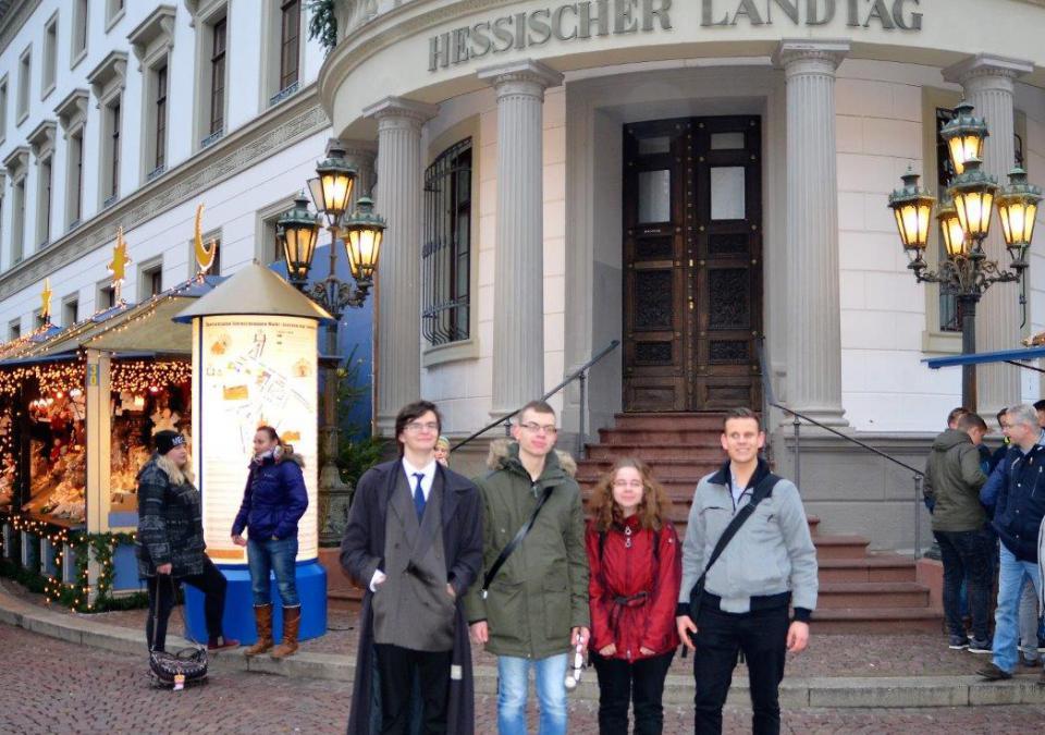 Bild 8 von 9: 4 junge Leute stehen vor dem Hessischen Landtag