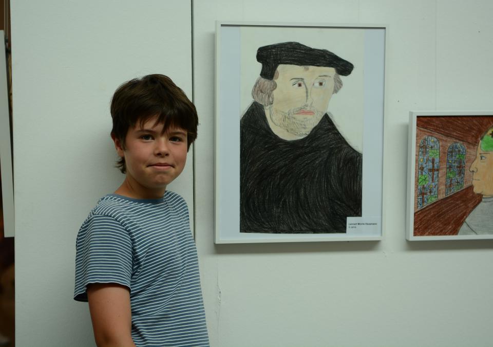 Bild 3 von 12: Lennart Hausmann mit seinem Luther-Portrait