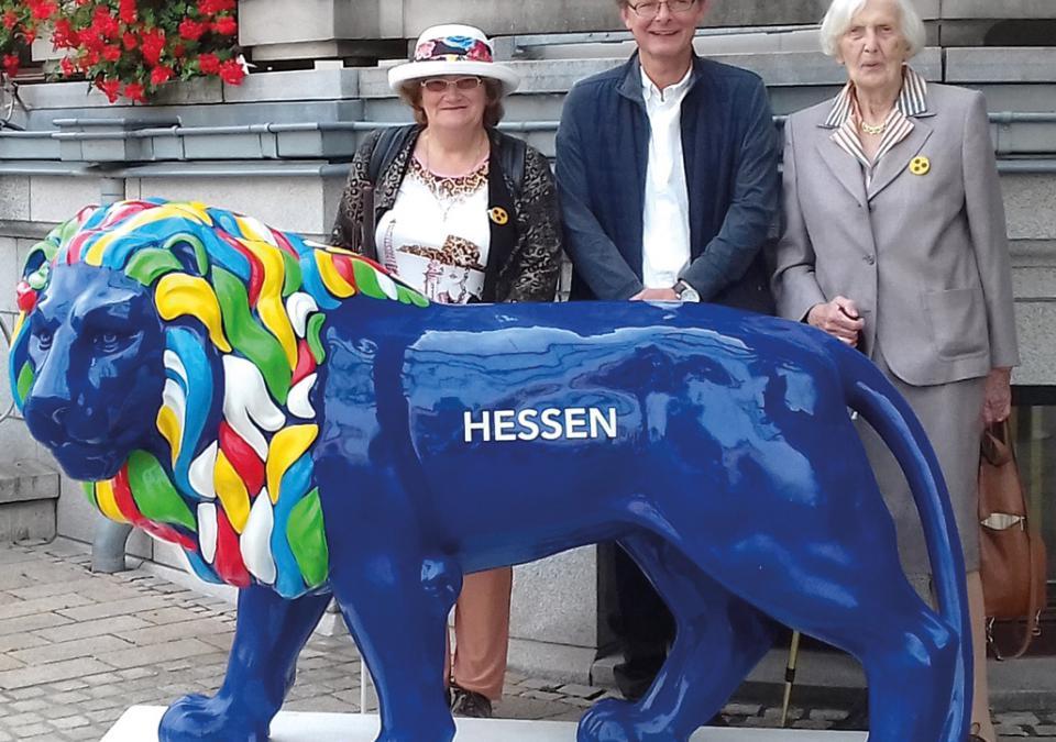Bild 4 von 9: Linda Hirsch, Bernd Wilhelm und Christa Pfeifer vor der Hessischen Staatskanzlei in Wiesbaden (v.l.n.r.)