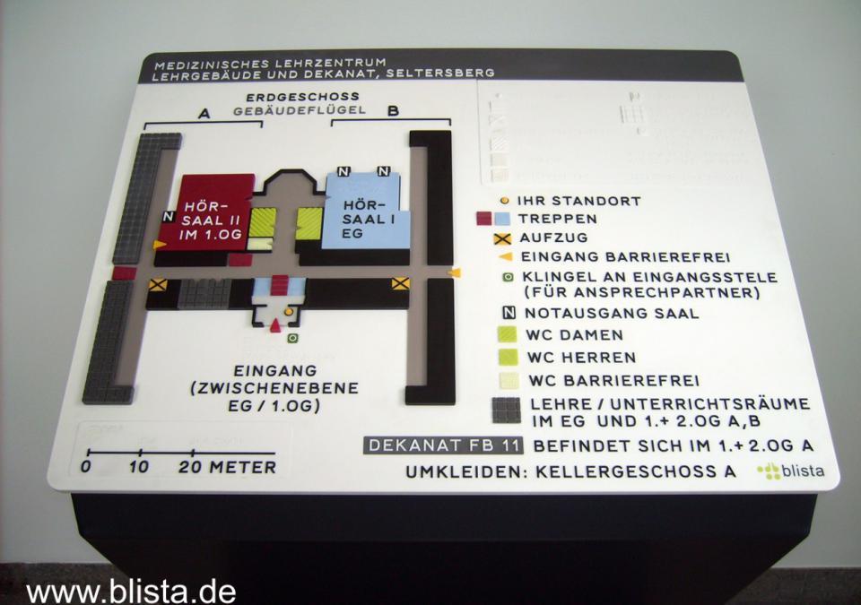 Bild 15 von 17: Das Orientierungsmodell bildet die Gegebenheiten von Erdgeschoss, Zwischenebene und 1. Obergeschoss ab ist auf einer pultförmigen Unterkonstruktion montiert.