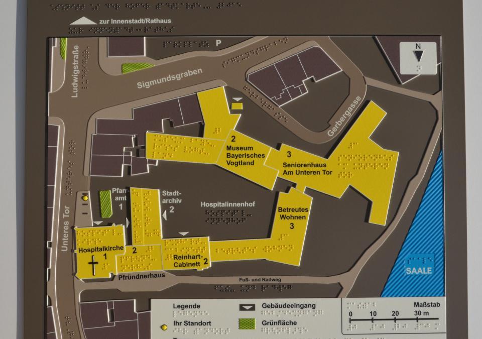 Bild 17 von 17: Teil des taktilen Modells, abgebildet ist ein Straßenzug mit Bürgersteig und Gebäuden rund um die Hospitalkirche