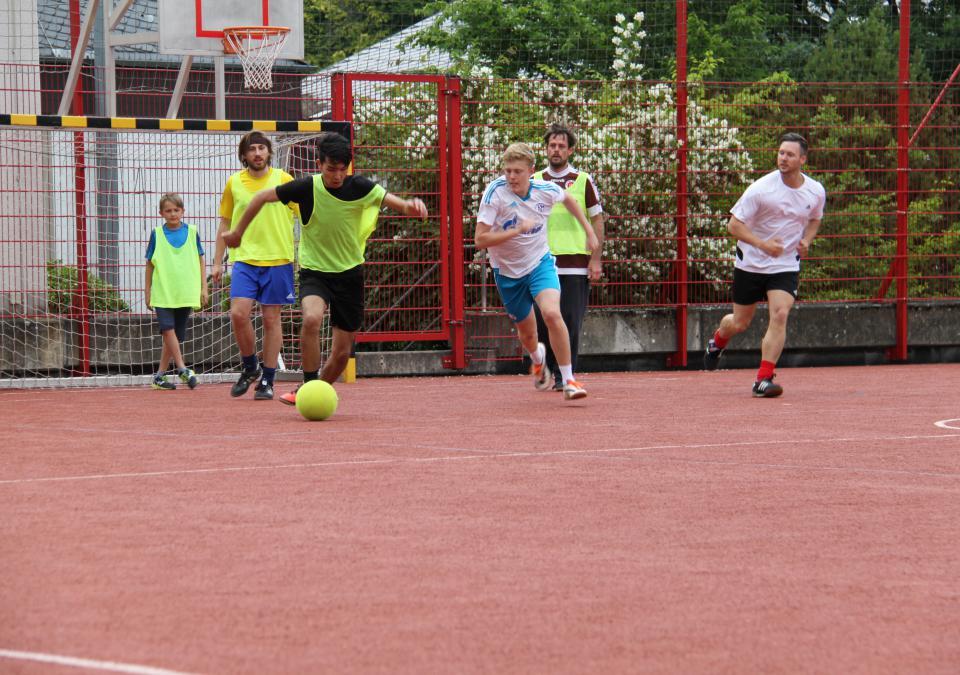 Bild 8 von 12: Fußballspieler auf dem Campus