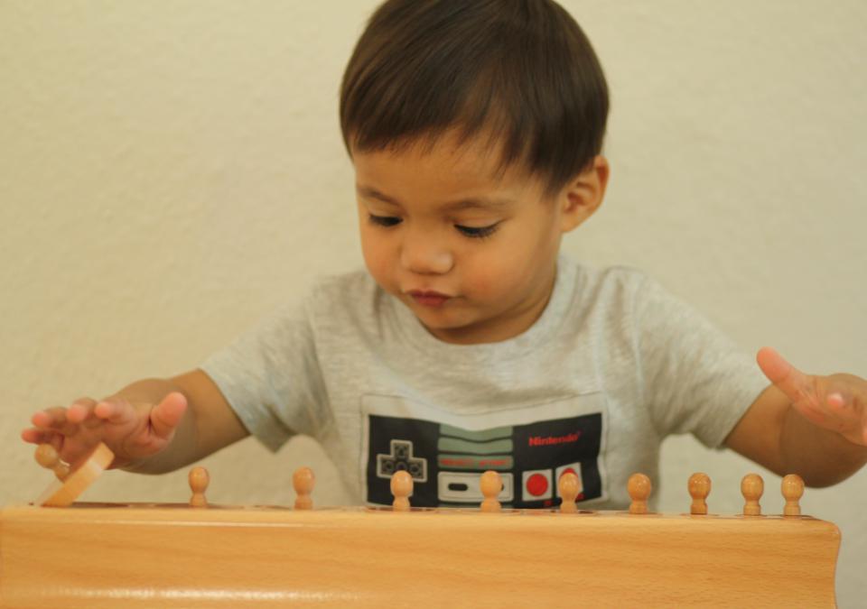 Bild 1 von 10: Ein Junge der Nest-Gruppe spielt mit dem Material