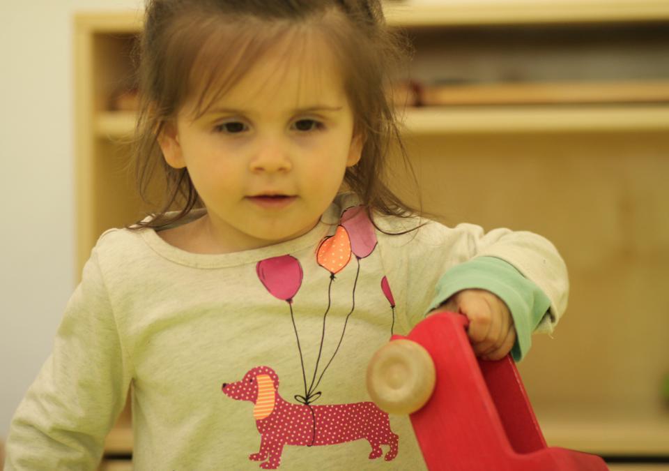 Bild 2 von 10: Ein Mädchen spielt