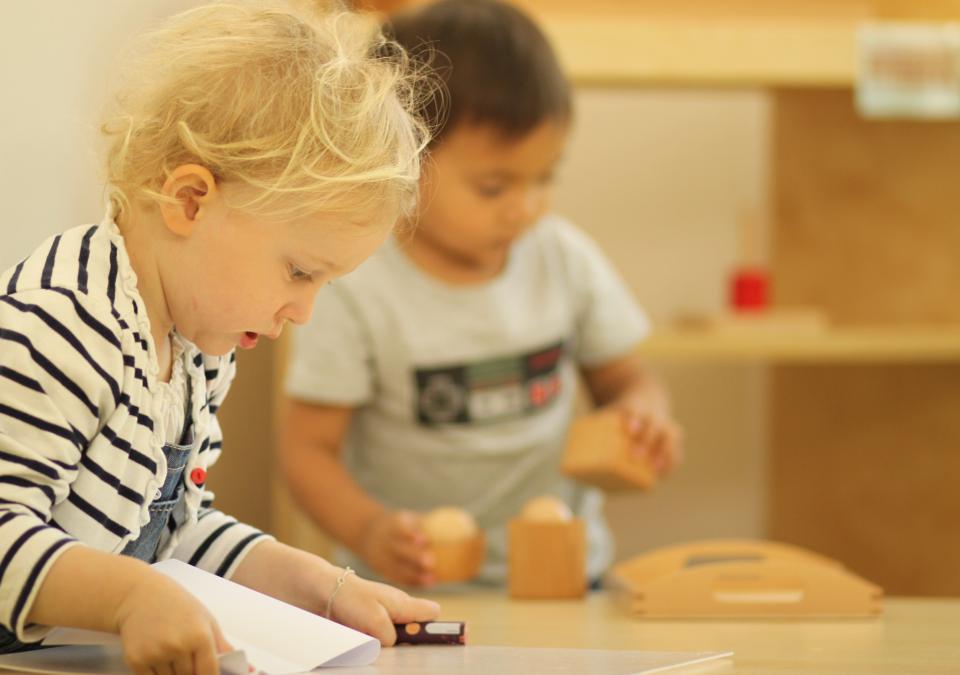Bild 10 von 10: Zwei Kinder beschäftigen sich nebeneinander mit unterschiedlichen Dingen