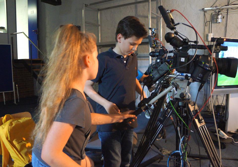 Bild 4 von 6: 2 Schüler am Set