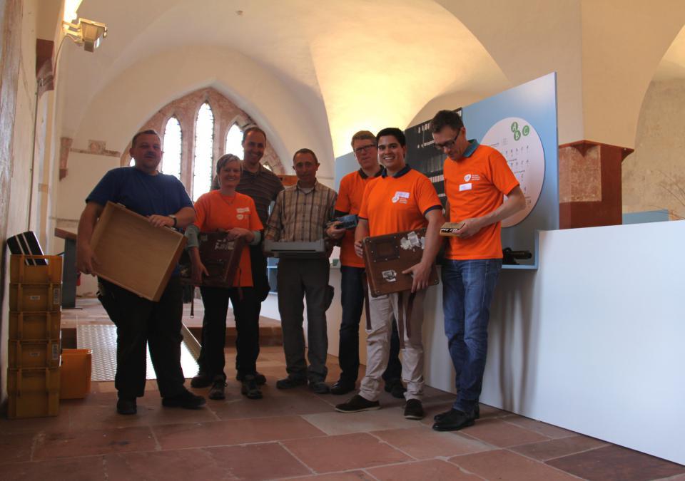 Bild 12 von 12: Orange Day an der blista: GSK Vaccines GmbH unterstützt den Aufbau der Ausstellung