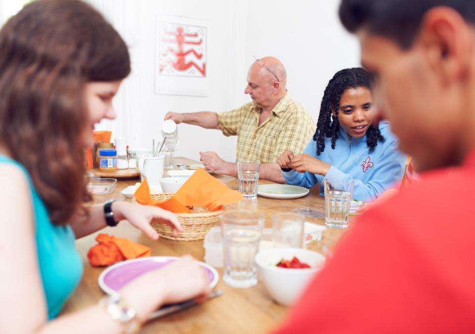 Bild 6 von 11: Gemeinsame Mahlzeit in einer WG