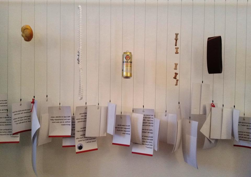 Bild 8 von 12: Auf Papier aufgeschriebene Blindenwitze hängen an einer Schnur nebeneinander und laden zur Auseinandersetzung mit dem Thema ein.