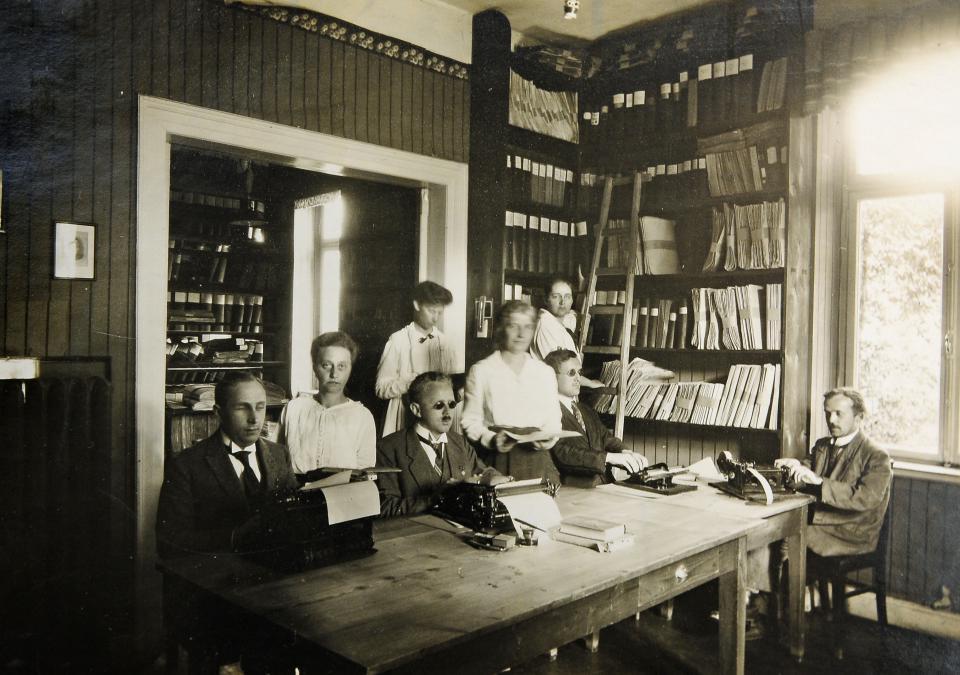 Bild 7 von 8: Lesestunde mit Assistenzkräften