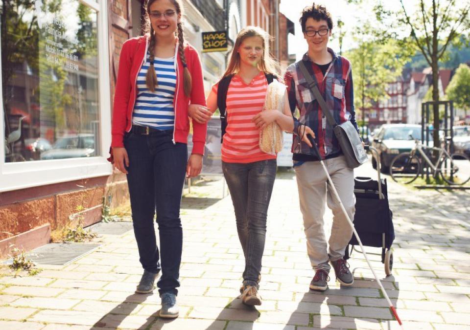 Bild 1 von 11: Schülerinnen und Schüler der blista laufen vergnügt durch die Stadt Marburg