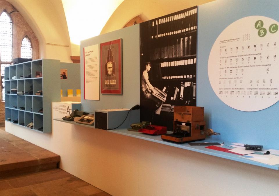 Bild 6 von 12: Themeninseln zeigen Infos zu Louis Braille, dem Erfinder der Punktschrift sowie das Punktschriftalphabet.