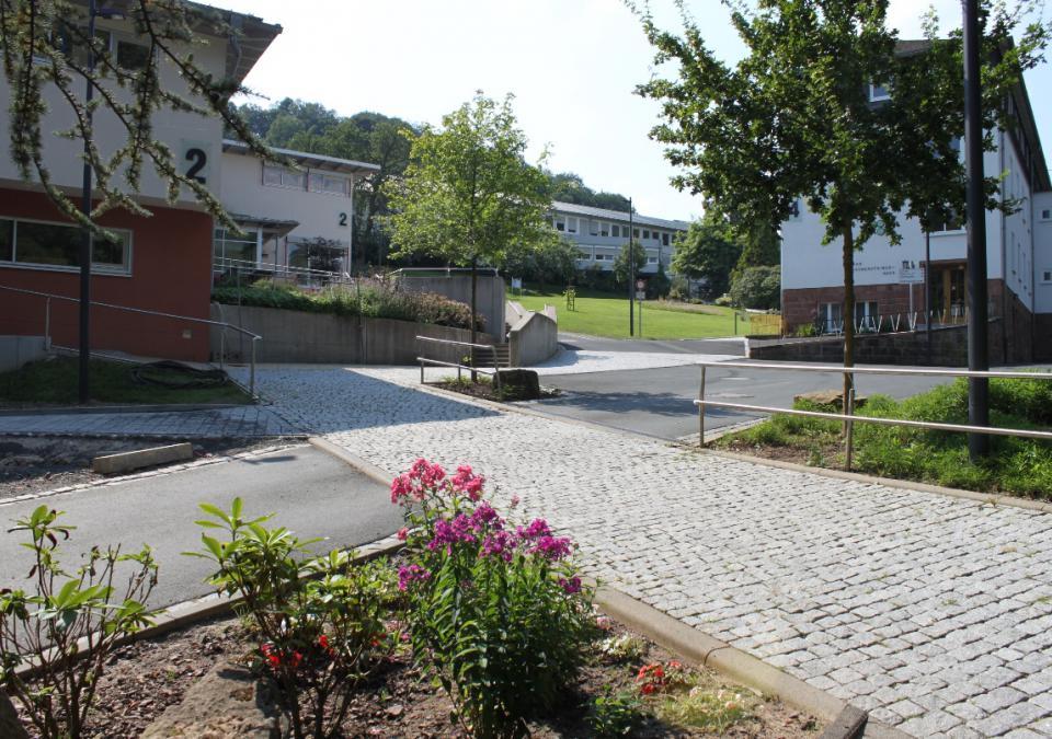 Bild 12 von 12: Eingangsbereich des blista-Campus mit Autozufahrt
