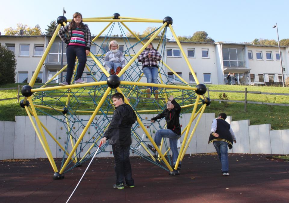 Bild 10 von 12: blista-Campus: Kinder klettern auf einem Gerüst