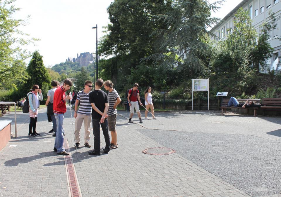 Bild 3 von 12: Jugendliche verbringen die Pause zusammen vor einem der blista-Schulgebäude
