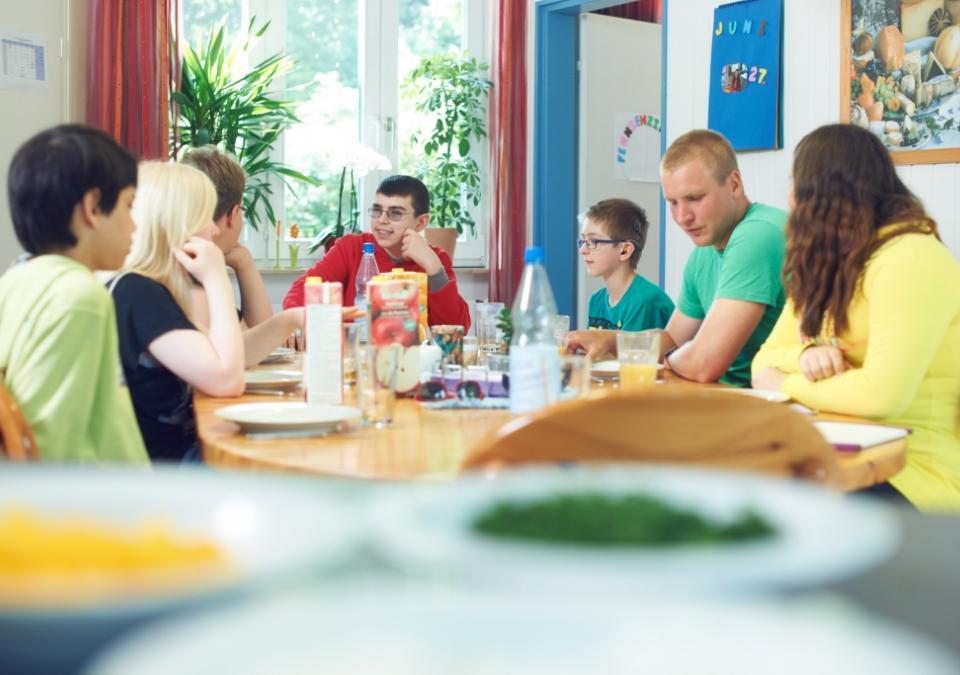 Bild 9 von 9: Eine blista Wohngruppe beim Frühstücken